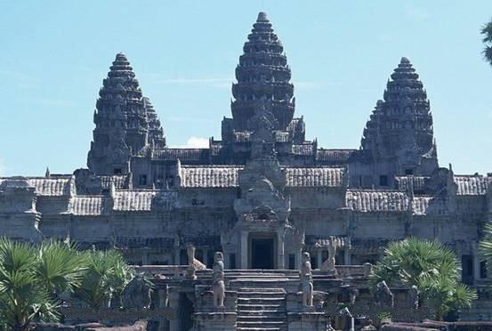 柬埔寨的特产以银器、纺织品、木雕以及石刻品最为著名