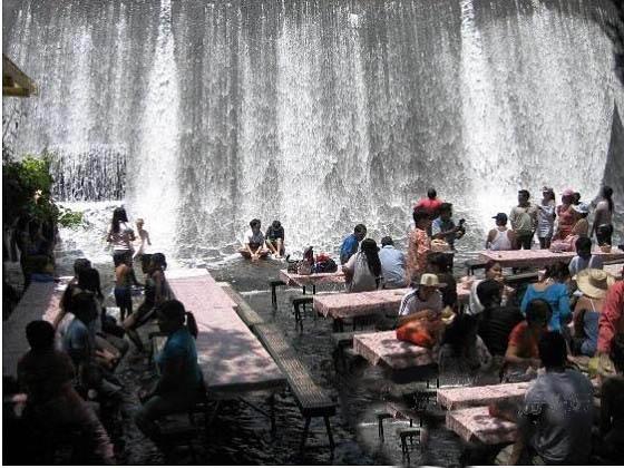 瀑布餐厅!顾客可坐水中凉椅品美食