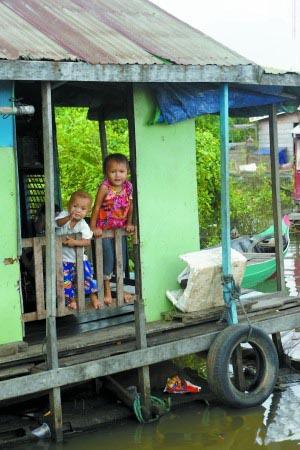 柬埔寨暹粒洞里萨湖:渔村水上漂