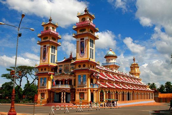 既供奉关公又供奉牛顿的越南庙宇