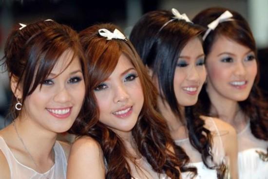 """探秘泰国""""美人窝"""" 肤色白细身材婀娜"""