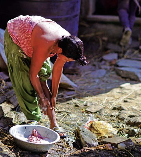 尼泊尔特殊的风景线 当街沐浴的女人