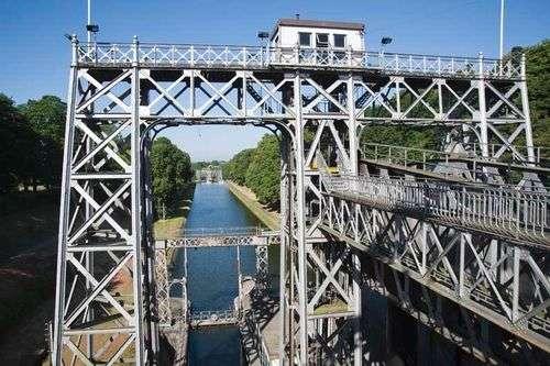 拉卢维耶尔和勒罗尔克斯中央运河上的四座船舶吊车(艾诺)