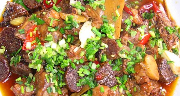 凤凰血粑鸭:凤凰最为有名的特色菜
